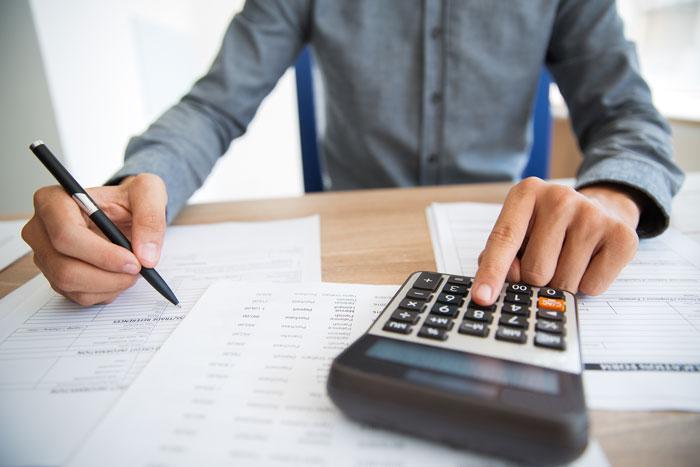 Persona haciendo cálculos para la declaracion de la renta 2020